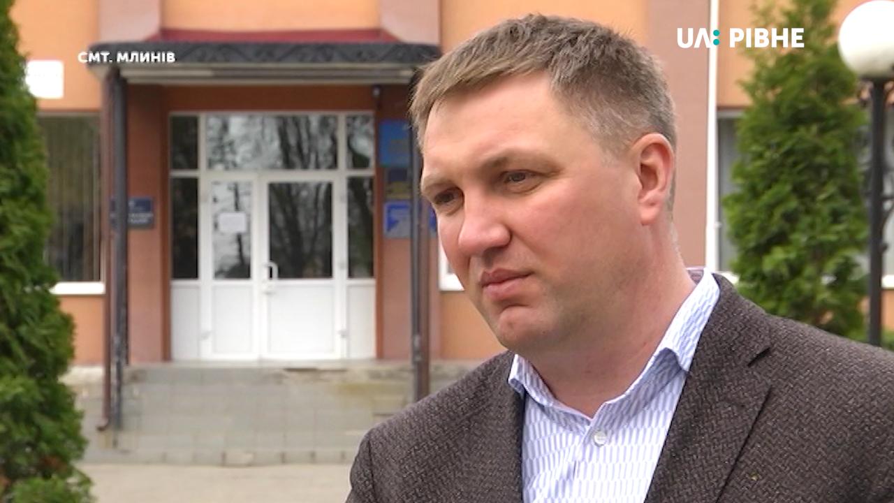 Голова громади на Рівненщині у своєму будинку приписав майже сто людей