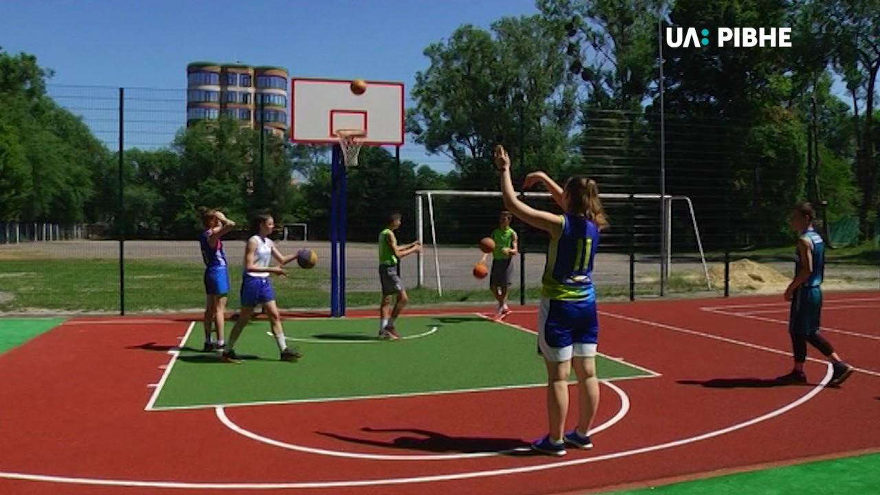 У Рівному відкрили вуличний баскетбольний майданчик, аналогів якому у місті  немає (ВІДЕО) - UA: РІВНЕ